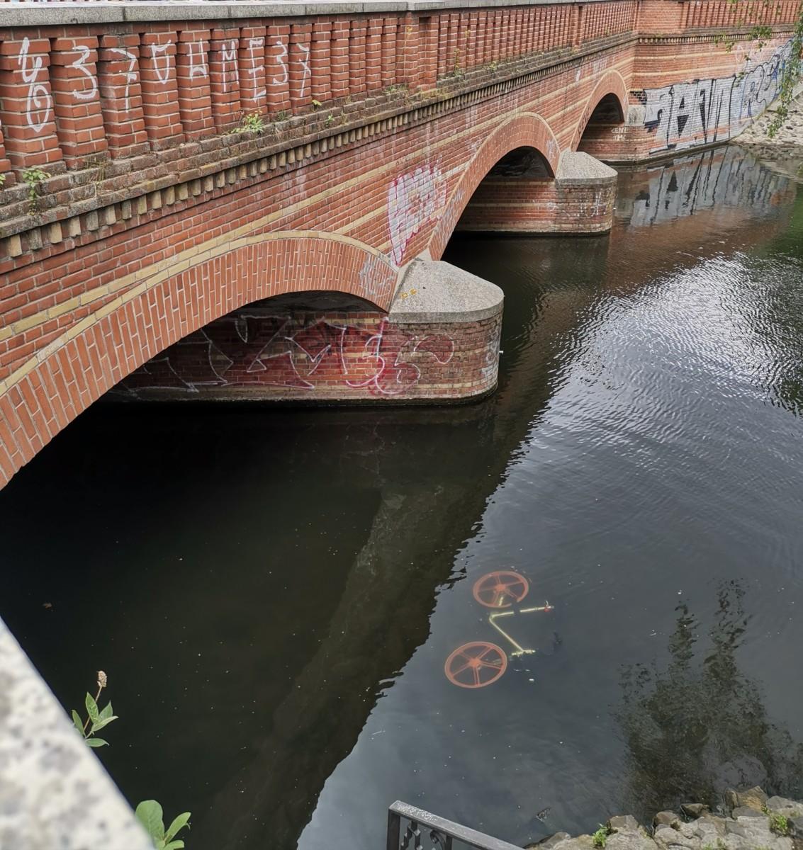 Berlin Brücke Fahrrad im Wasser