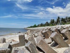 Reisebericht Malaysia Betonpfähle Küste