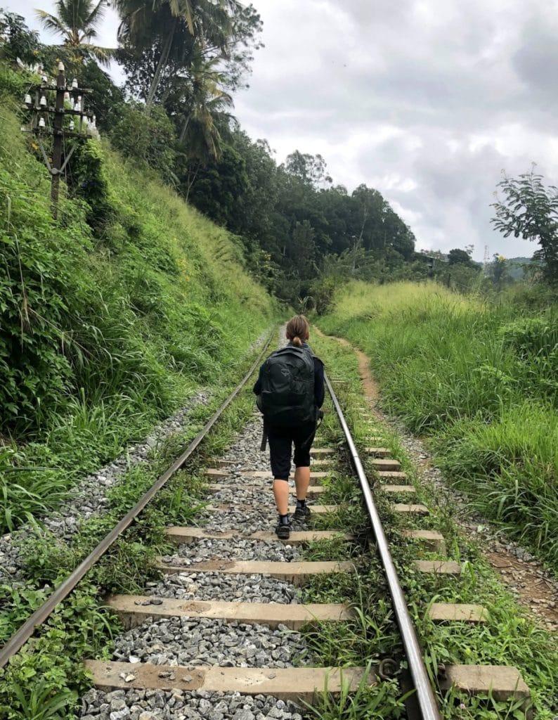 Backpacking in Sri Lanka Wanderung auf Gleisen