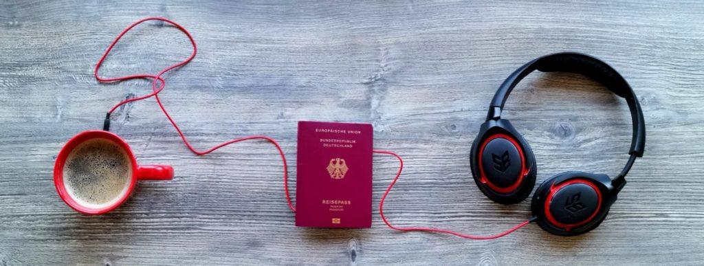 Reise Podcast hören mit Kaffee und Reisepass